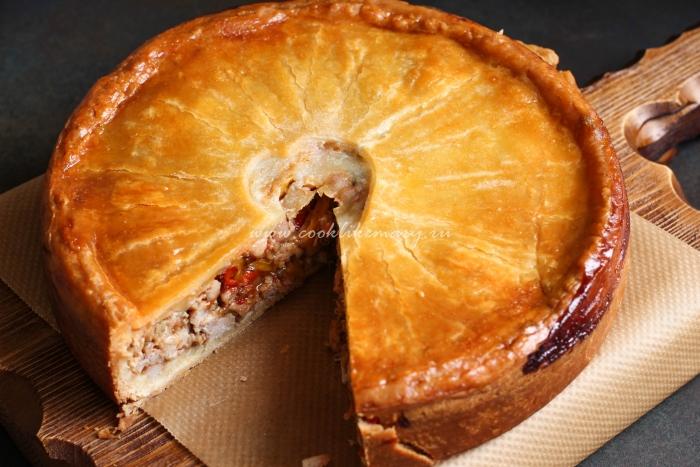 Пирог с курицей, овощами и сыром