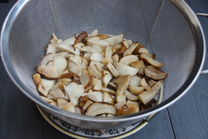 Ошпарьте белые грибы