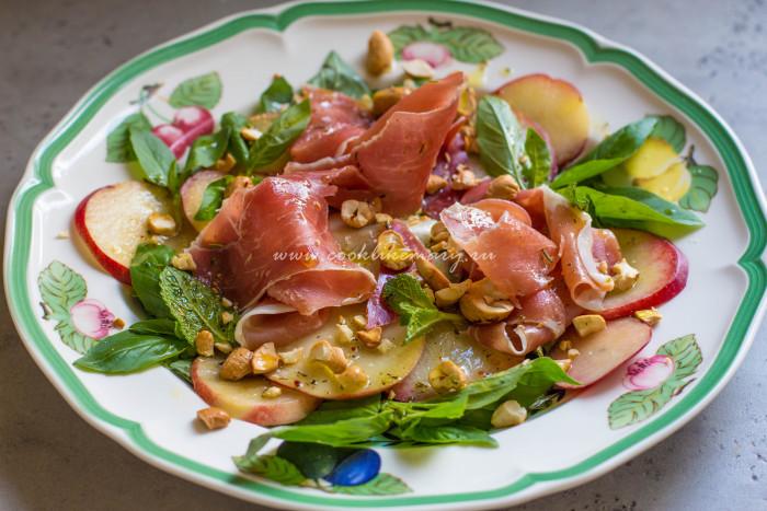 Салат с нектаринами и хамоном
