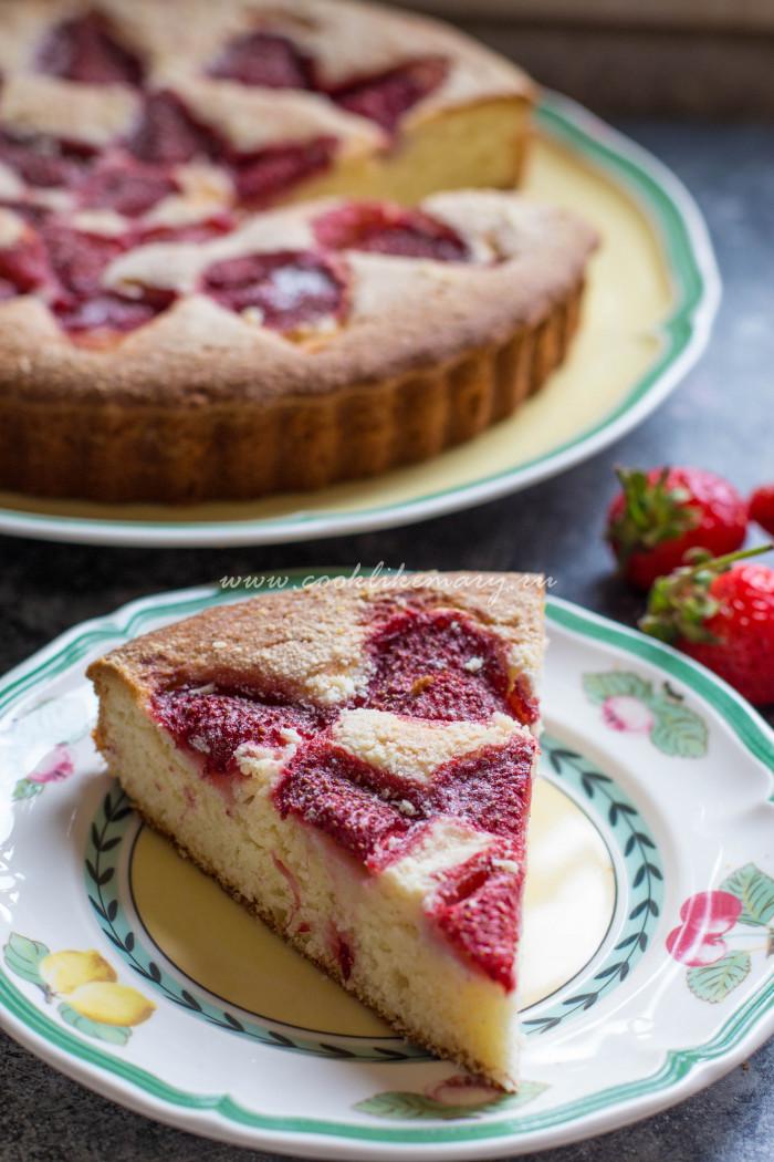 Пирог с клубникой в разрезе