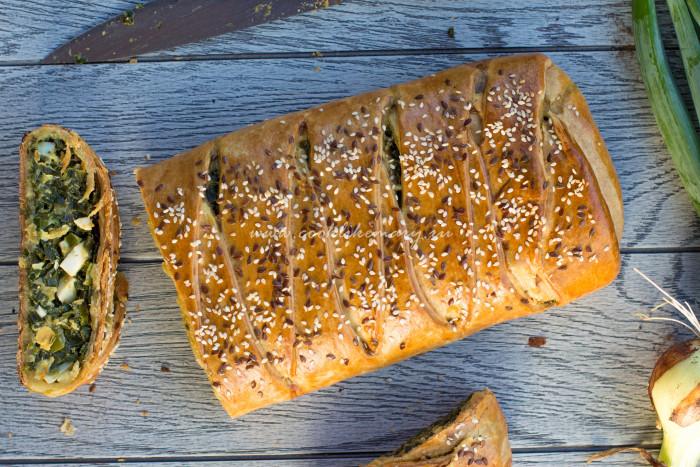 Пирог-косичка с луком и яйцом