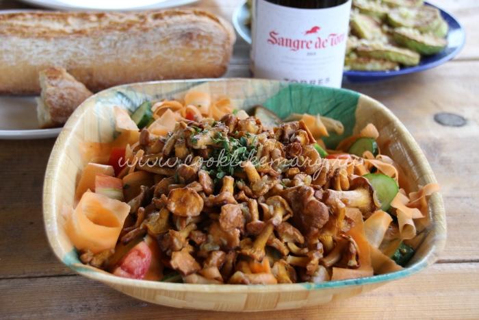 Салат с лисичками и свежими овощами