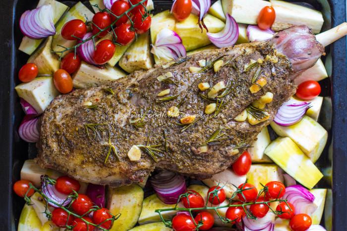 Баранья нога с овощами